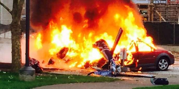 Image du crash d'hélicoptère à Seattle, fournie par la télévision locale KOMO.