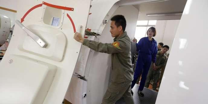 Le ministre des transports malaisien a écarté un peu plus l'hypothèse d'une implication d'un ou plusieurs passagers dans la disparition de l'avion.