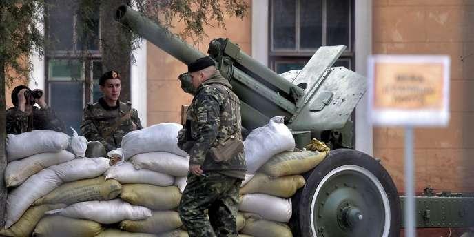 Des soldats ukrainiens à Simferopol, mercredi 19 mars.
