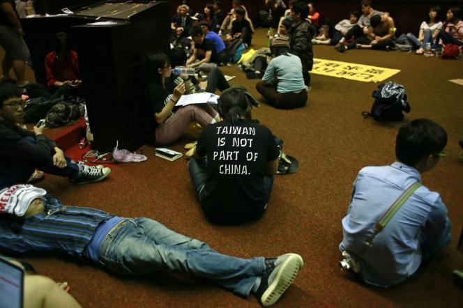 Des étudiants taïwanais occupent le Parlement, le 20 mars à Taipei.
