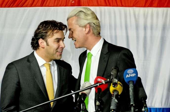 Geert Wilders (à droite) parle avec Leon de Jong, candidat PVV à La Haye, le 19 mars.