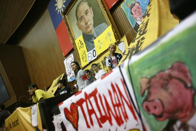 Occupation du Parlement taïwanais, sous le portrait de Sun Yat-sen, l'ex-président provisoire de la République de Chine, le 20 mars.