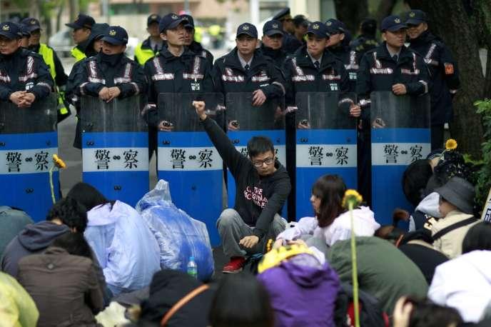 Des étudiants devant les forces de l'ordre, le 20 mars à Taipei.
