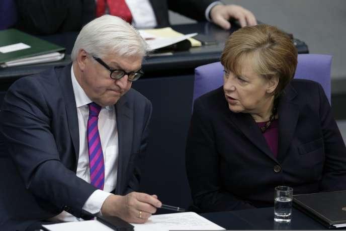 Le ministre des affaires étrangères allemand, Frank-Walter Steinmeier, aux côtés d'Angela Merkel, le 20 mars à Berlin.