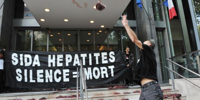 Manifestation d'Act Up devant le ministère de la santé, le 19 mai 2010.