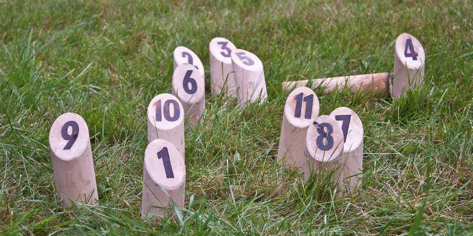 Le mölkky, jeu de lancer finlandais, peut se jouer sur un terrain en stabilisé, mais aussi sur de l'herbe, du sable ou des pavés.