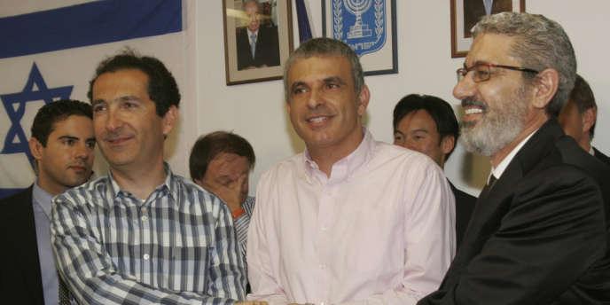 Patrick Drahi (à gauche) avec le ministre des communications, Moshe Kahlon (au centre), et Hezi Bezalel, propriétaire de Xfone Communications, à Tel-Aviv.