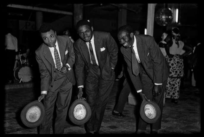Franco avec des amis à Kinshasa en 1965.