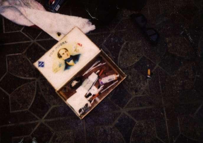 Une boîte retrouvée sur la scène du crime, contenant notamment des seringues.