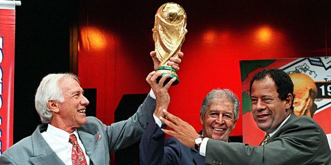 Les capitaines brésiliens champions du monde Hideraldo Bellini (1958, à gauche), Mauro Ramos (1962) et Carlos Alberto Torres (1970), en 1997 à Rio de Janeiro.