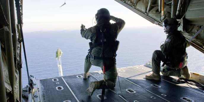 L'équipage d'un avion de patrouille australien largue des bouée équipée de capteurs lors d'une mission de recherche du vol MH370, le 21 mars.