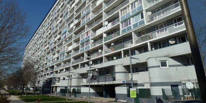 Un immeuble de la cité des 4000, à La Courneuve. Pour la première fois de son histoire, la Seine-Saint-Denis risque de basculer à droite.