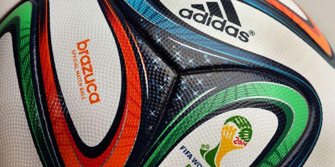 Le ballon officiel, baptisé Brazuca, est une nouvelle fois signé par Adidas qui en avait écoulé plus de 10 millions en 2010.