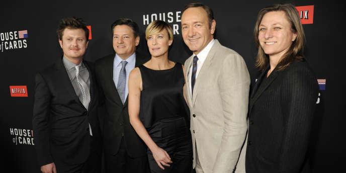 Beau Willimon (scénariste), Ted Sarandos (Netflix), Robin Wright (actrice), Kevin Spacey (acteur) et Cindy Holland (Netflix) lors d'une projection spéciale de la saison 2 de la série « House of Cards », produite par Netflix, le 13 février, à Los Angeles.
