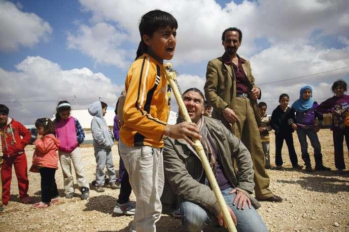 L'acteur Nawar Bulbul (agenouillé) donne quatre jours par semaine des cours de théâtre à 90 enfants, dont Majd, 13 ans, qui répète avec conviction le rôle  du roi Lear.