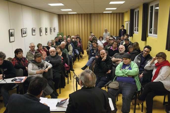 Devant des militants communistes à Orléans, le sociologue Alain Hayot soutient que