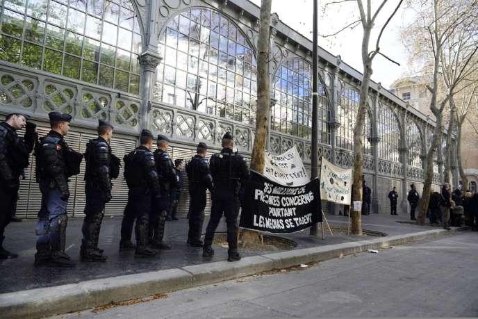 Des forces de police encerclent le Carreau du Temple à Paris (3e), samedi 22 mars, occupé par des artistes et techniciens travaillant dans le milieu du spectacle.
