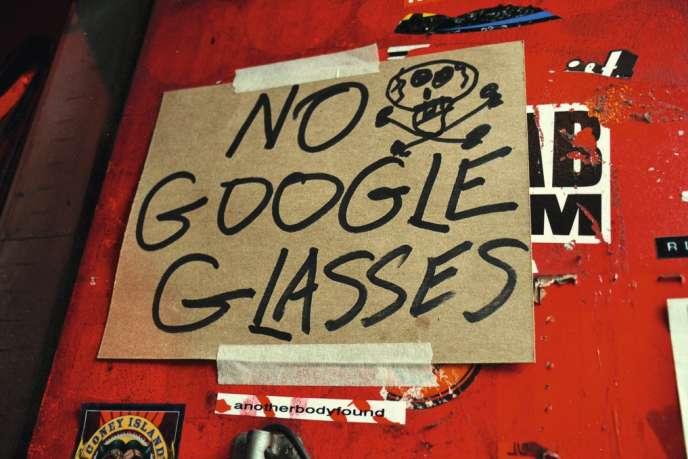 Les pancartes d'interdiction des lunettes Google fleurissent dans les bars de San Francisco, comme à l'entrée du Lucky 13.