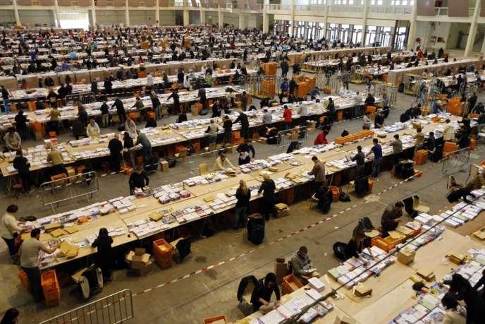 Préparation des documents électoraux avant le premier tour des municipales, à Marseille, le 15 mars.