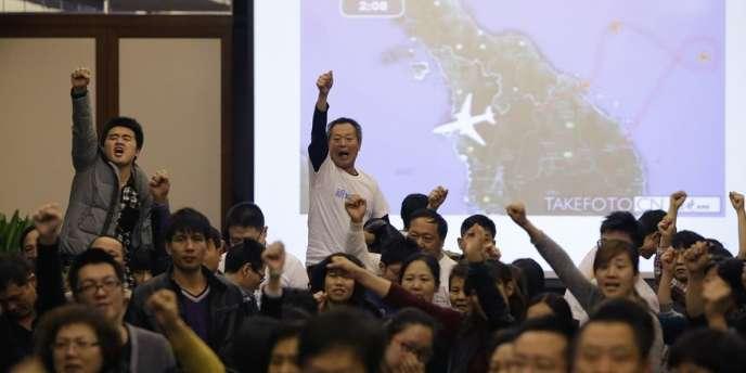 Des proches de Chinois disparus à bord du Boeing de la Malaysia Airlines ont de nouveau laissé exploser leur colère, samedi à Pékin, estimant que la Malaisie leur cache des informations vitales.