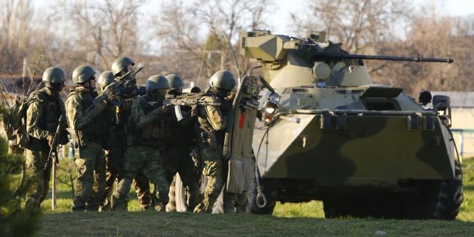 Des hommes armés, supposés russes, ont lancé l'assaut sur la base militaire de Belbek, en Crimée, le 22mars.