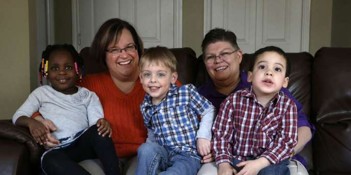 April DeBoer et Jayne Rowse, les deux femmes ayant saisi la justice du Michigan, le 5 mars avec leurs enfants adoptés.