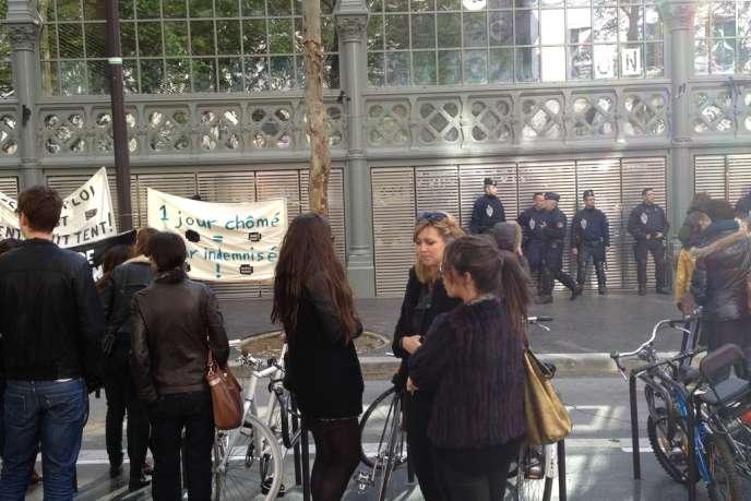 Manifestants et forces de l'ordre face-à-face devant le Carreau du Temple occupé par les intermittents et précaires, samedi 22 mars 2014.