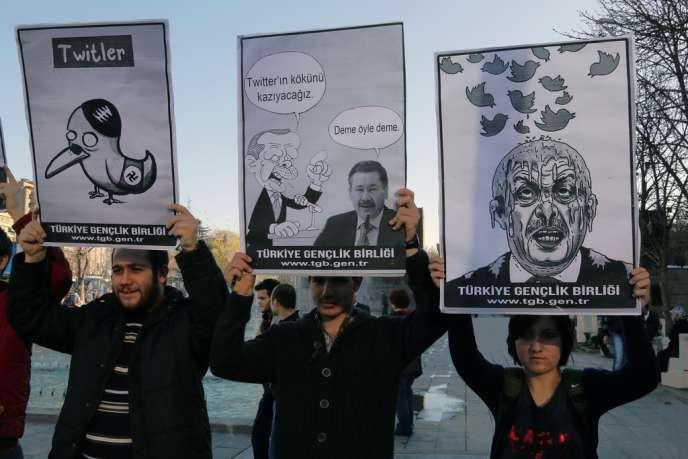 Protestation contre le blocage de Twitter par le pouvoir, vendredi 21 mars, à Ankara.