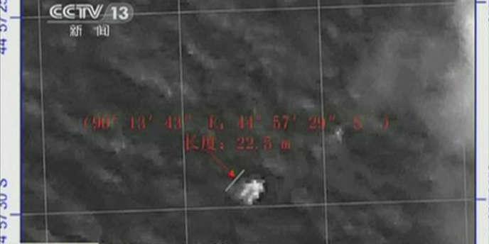 L'administration d'Etat pour les sciences, les technologies et les industries de défense chinoise a diffusé un cliché pris le 18mars montrant une forme de 22m de longueur et large de 13m, image qu'a publiée également la chaîne publique CCTV.