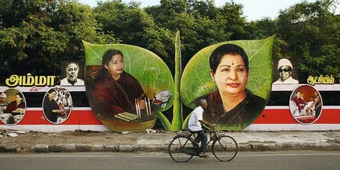 Jayalalithaa Jayaram a gardé de sa carrière au cinéma l'art de se mettre en scène. Elle apparaît sur des panneaux d'affichage géants à Chennai, dans l'Etat du Tamil Nadu dont elle est chef du gouvernement.