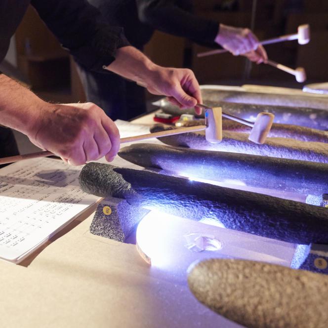 Les vingt-deux pierres sont disposées sur la table. Boudins cylindriques pour la plupart. La plus grosse pèse 7,5 kg. Celle toute noire qui tinte comme une cloche d'église, 4,5 kg.