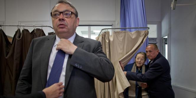 Patrick Mennucci accompagne Edmonde-Charles Roux dans son bureau de vote