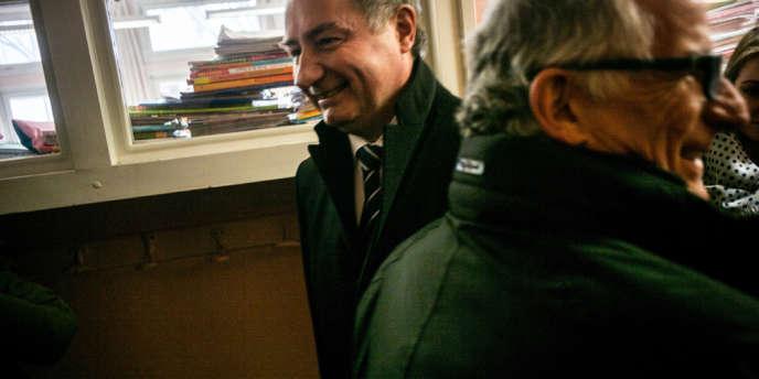 Pierre Cohen, le maire PS de Toulouse, candidat à sa succession, croise le candidat UMP ˆà l'Žélection municipale ˆde Toulouse, dimanche 23 mars.