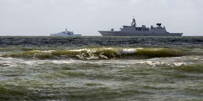 Le navire de guerre néerlandais Zr. Ms. Holland et la frégate Zr. Ms. De Zeven patrouillent au large des côtes de Scheveningen, le 23 mars, à la veille du Sommet nucléaire mondial 2014.