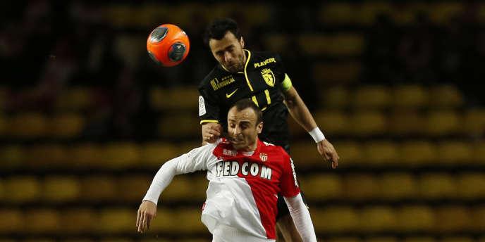 Le Lillois Marko Basa à la lutte avec le Monégasque Dimitar Berbatov, le 23 mars à Monaco.