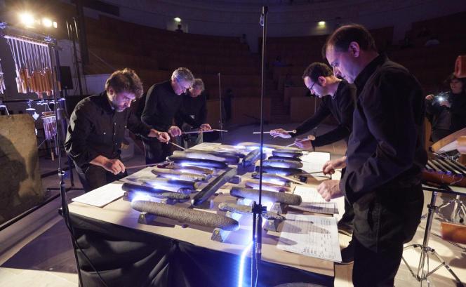 Les musiciens de l'Orchestre national de France jouent une création musicale de Philippe Fénelon sur des lithophones.