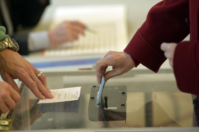 Dans un bureau de vote parisien, le 23 mars 2014.