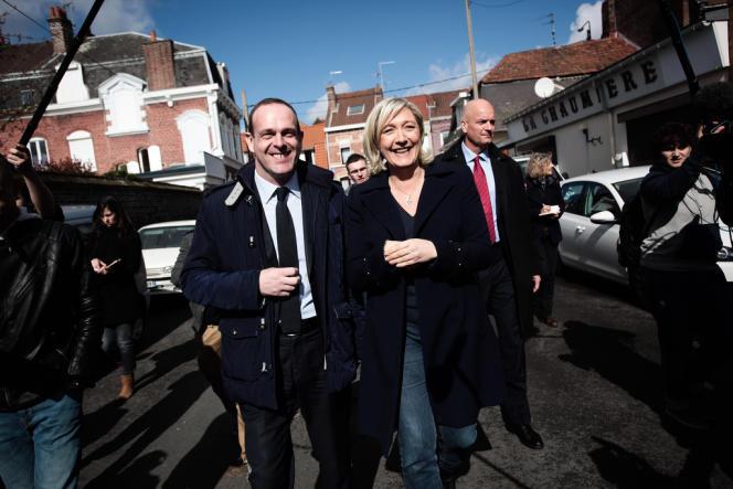 A Hénin-Beaumont, Marine Le Pen accompagne Steeve Briois, candidat Front National, dans les rues de la ville, le 23 mars.