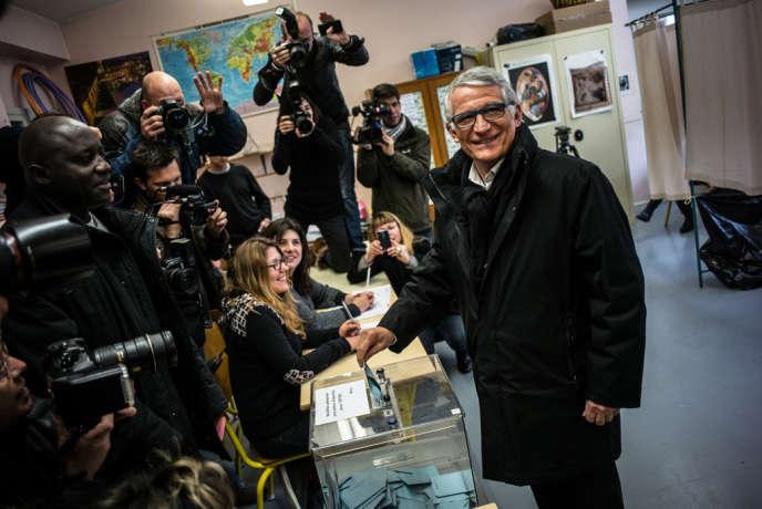 Le maire PS de Toulouse Pierre Cohen au bureau de vote 81, dimanche 23 mars.