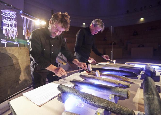 Les musiciens de l'Orchestre national de France jouent leur partition sur les lithophones.
