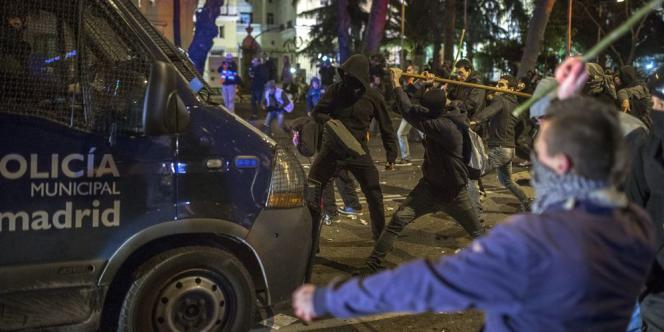 Un groupe de forces anti-émeutes a été entouré et pris à partie par des manifestants qui leurs jetaient toutes sortes de projectiles.