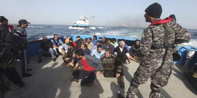 Des membres d'équipage du Morning Glory, le pétrolier contrebandier arraisonné au large des côtes libyennes par la marine américaine, fin mars 2014.