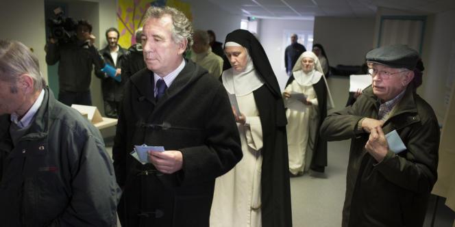François Bayrou dans son bureau de vote de l'école des Lauriers, à Pau, le 23 mars.