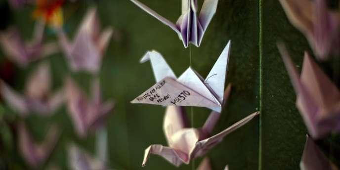 Des origamis dédiés aux passagers du vol MH370, à Bangsar, dans la banlieue de Kuala Lumpur, le 23 mars.