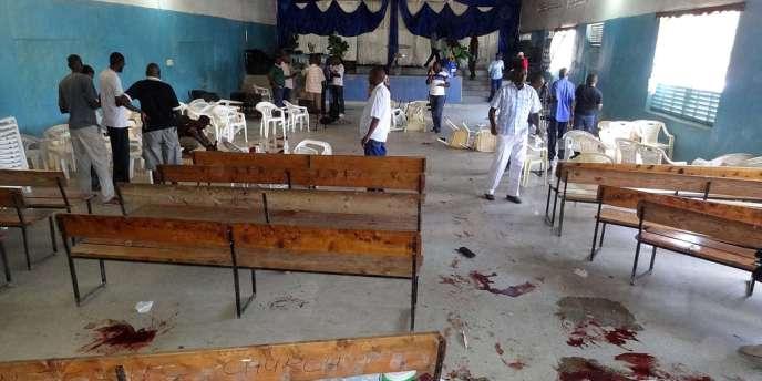 Deux personnes ont été tuées et une dizaine blessées par des hommes armés dans une église près de la ville côtière de Mombasa, le 23 mars 2014.