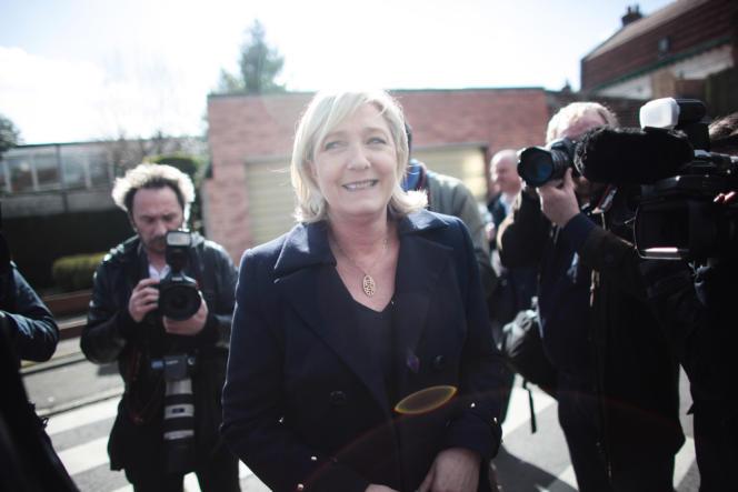 Marine Le Pen, en position non-éligible sur la liste de Steeve Briois, sorte d'un bureau de vote d'Hénin-Beaumont, le 23 mars.
