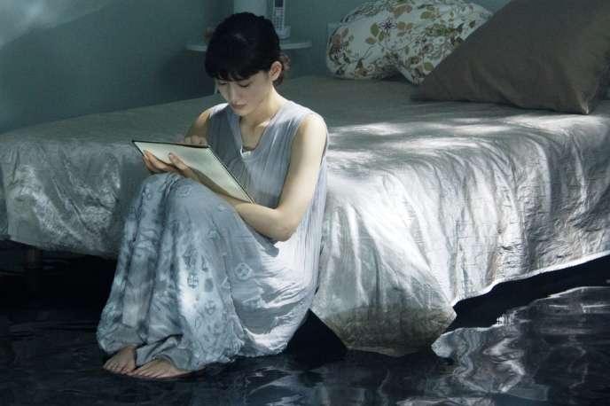 Atsumi, interprétée par Haruka Ayase, est une jeune dessinatrice de mangas. Elle est hospitalisée après avoir tenté de se suicider.