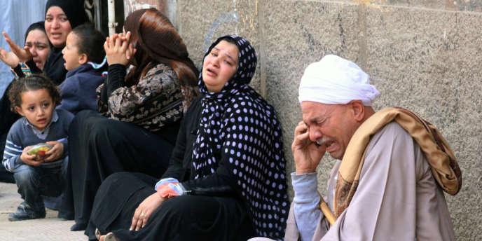 Parents et amis de militants pro-Morsi condamnés pour les violences de cet été, réunis devant le tribunal dans le sud de Minya.