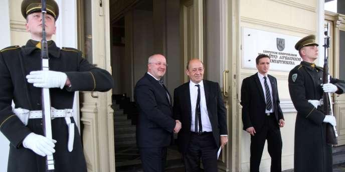 Le ministre de la défense en visite à Vilnius, vendredi 21 mars.