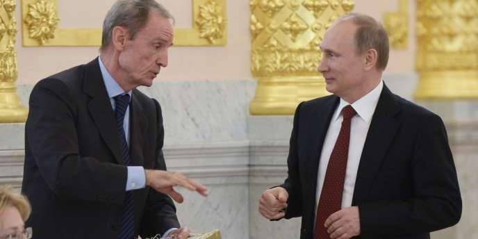 Vladimir poutine a décoré l'ancien champion de ski Jean-Claude Killy de l'Ordre du Mérite, le 24 mars à Moscou.